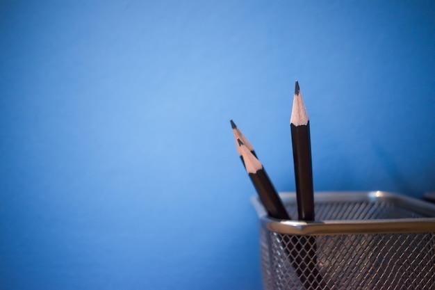 Um lápis se estende de outro lápis no cilindro.