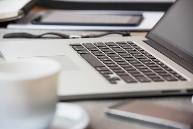 Um, laptop aberto, ligado, escrivaninha escritório