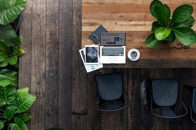 Um laptop em uma mesa