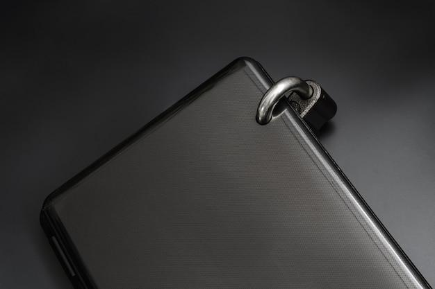 Um laptop está bloqueado com um cadeado