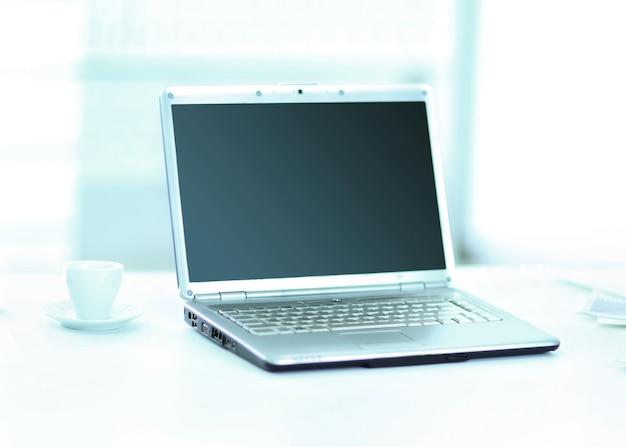 Um laptop no escritório