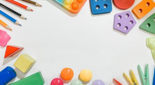 Um layout de brinquedos educativos para crianças pequenas em forma de classificadores construtor de mosaicos de lápis