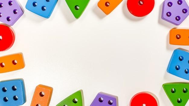 Um layout de brinquedos educativos para crianças pequenas na forma de classificadores multicoloridos em um fundo branco