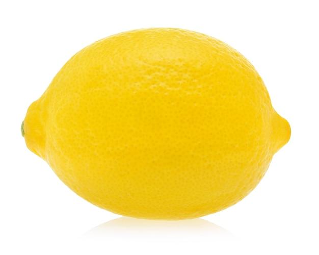 Um limão isolado no fundo branco.