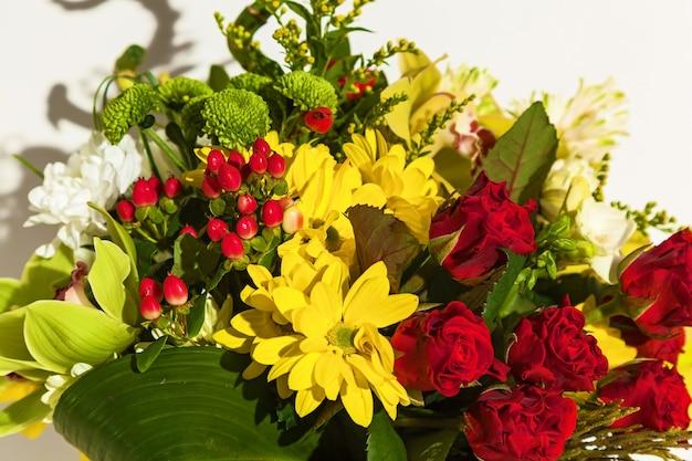 Um lindo arranjo de flores frescas, tulipas, archdeus, crisântemos e rosas
