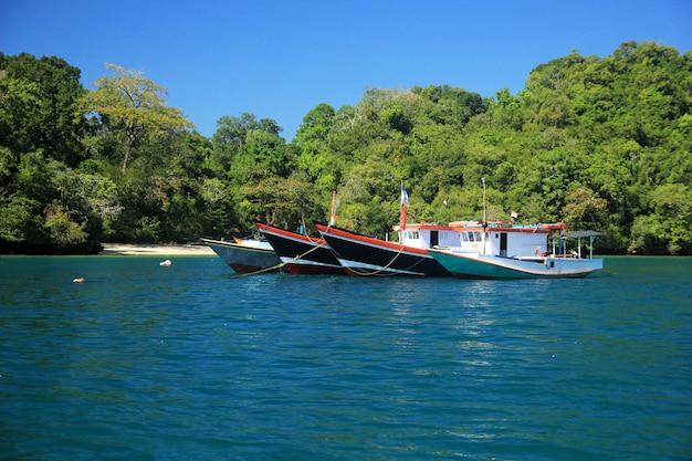 Um lindo barco e praia