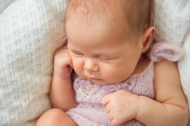 Um lindo bebê recém-nascido está dormindo. close-up, foco seletivo