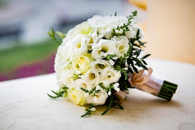 Um lindo buquê da noiva em uma mesa com uma toalha de renda