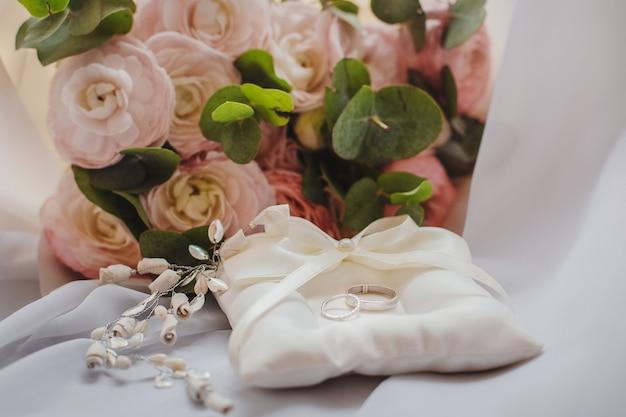 Um lindo buquê de noiva com uma caixa de joias e anéis de casamento. conceito de casamento