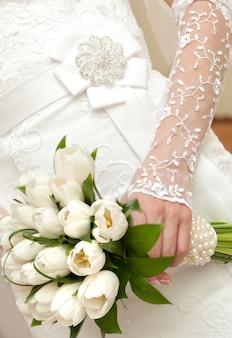 Um lindo buquê de noiva em uma festa de casamento