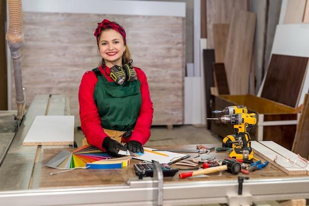 Um lindo carpinteiro sorridente com amostras de cores de perto