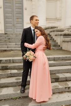 Um lindo casal de noivos caminha