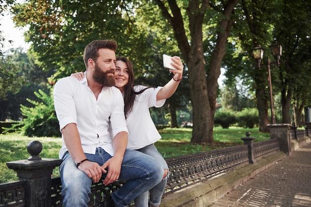 Um lindo casal tira uma foto ao ar livre.