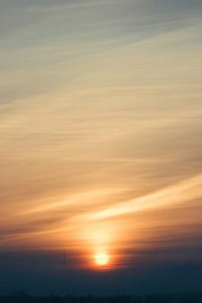 Um lindo céu multicolorido ao amanhecer em trilhas de aviões