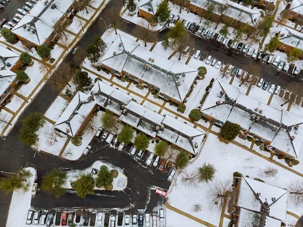 Um lindo dia de inverno, uma visão do panorama feito com o drone, uma visão ensolarada das casas