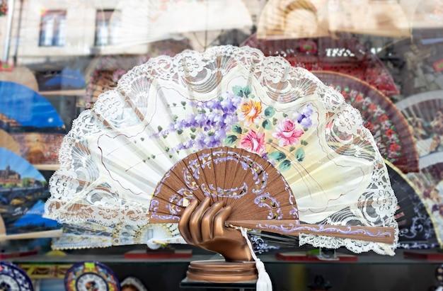 Um lindo leque espanhol pintado de mão isolado em uma loja de souvenirs em salamanca, espanha
