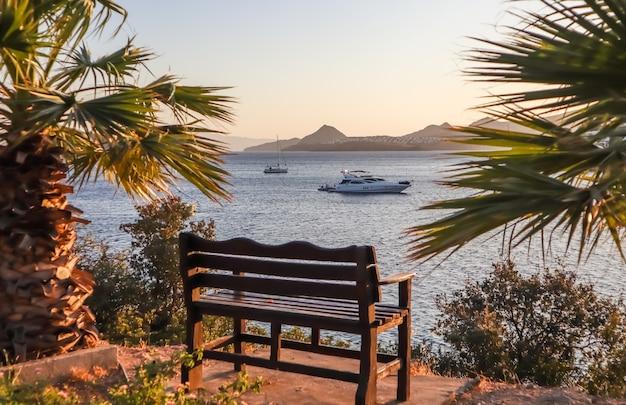 Um lindo lugar para relaxar com uma vista maravilhosa do mar ao pôr do sol na costa mediterrânea com