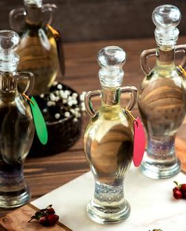 Um líquido em garrafas ornamentadas
