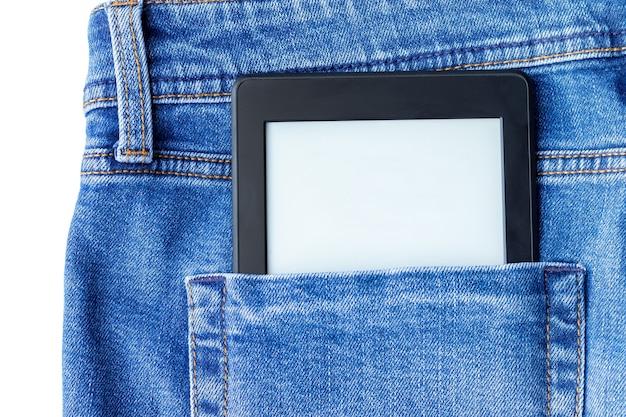 Um livro eletrônico preto moderno com uma tela em branco no bolso de trás da calça jeans. tablet de maquete