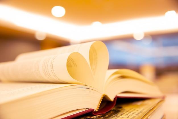 Um livro em forma de coração em cima da mesa