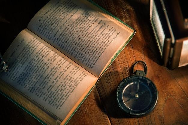 Um, livro velho, ligado, um, tabela madeira