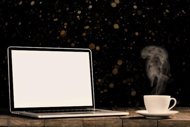 Um local de trabalho com laptop e café