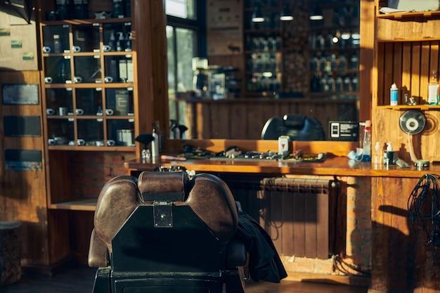 Um local de trabalho elegante de um barbeiro profissional em um salão moderno e elegante