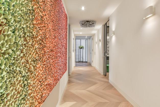 Um longo corredor vazio, projetado em estilo luxuoso. lindo corredor com paredes multicoloridas