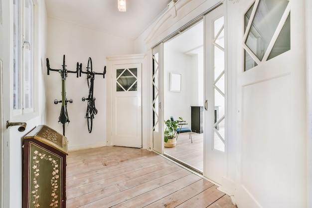 Um longo corredor vazio, projetado em estilo minimalista