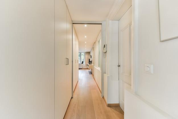 Um longo corredor vazio projetado em estilo minimalista