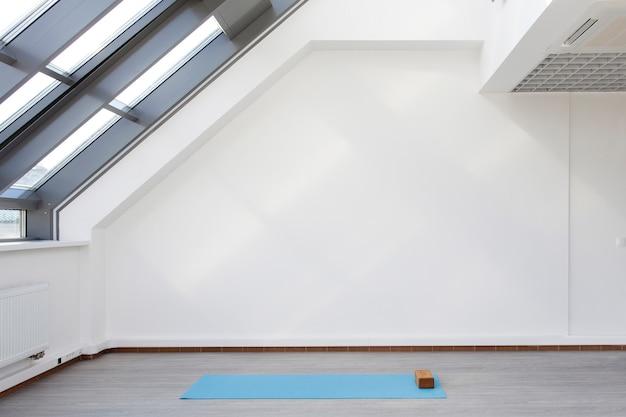 Um lugar para treinamento esportivo em yoga e fitness