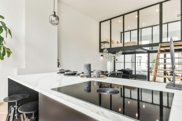 Um luxuoso e bonito design de interiores de cozinha