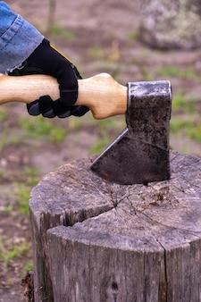 Um machado nas mãos de um homem