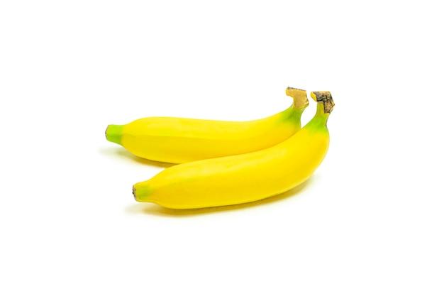Um maduro de banana amarela isolado no branco