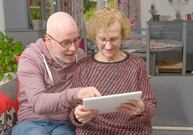 Um, mãe, e, dela, filho adulto, olhar, um, tablete digital