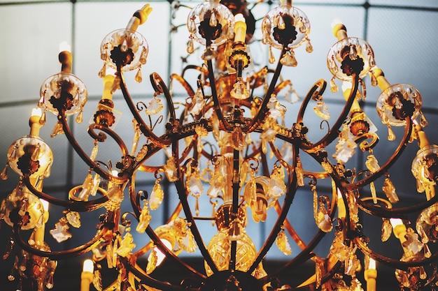 Um maravilhoso e velho lustre de ouro vintage decorado com cristais
