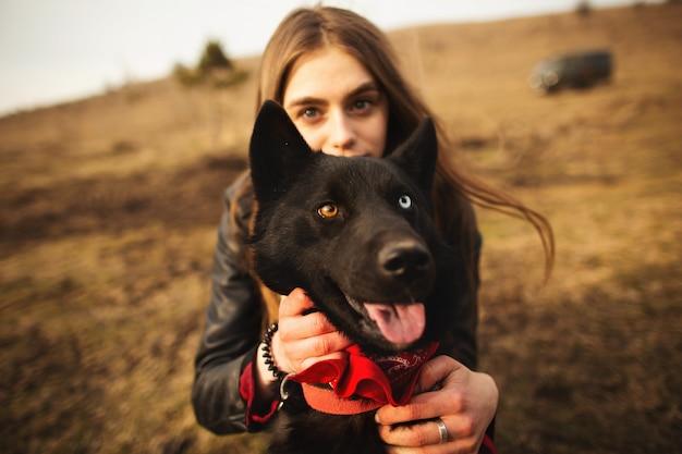 Um maravilhoso retrato de uma menina e seu cachorro com olhos coloridos.