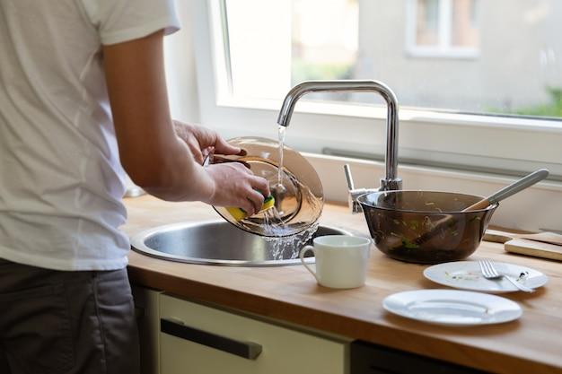 Um marido ajuda a esposa a lidar com as tarefas domésticas. igualdade nos relacionamentos.