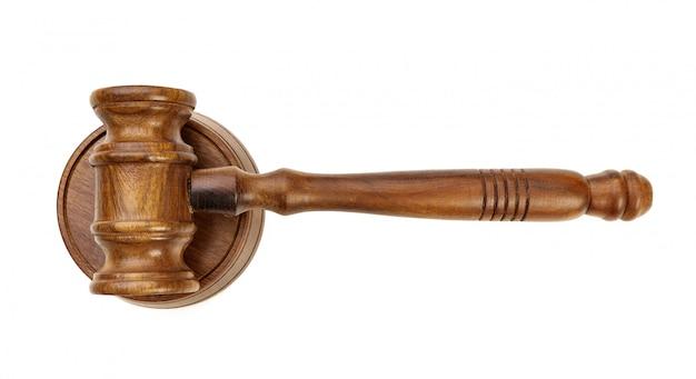 Um martelo de juiz de madeira isolado
