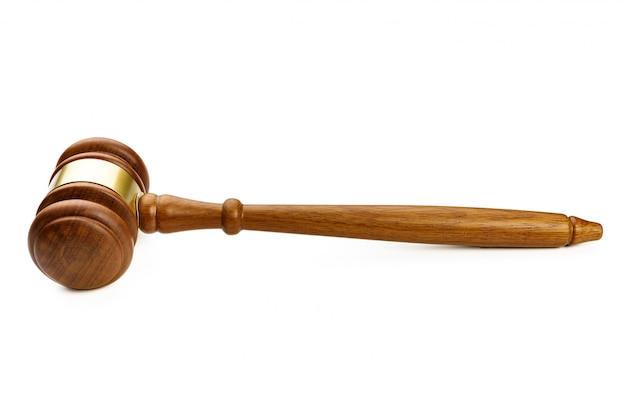 Um martelo de juiz de madeira no fundo branco