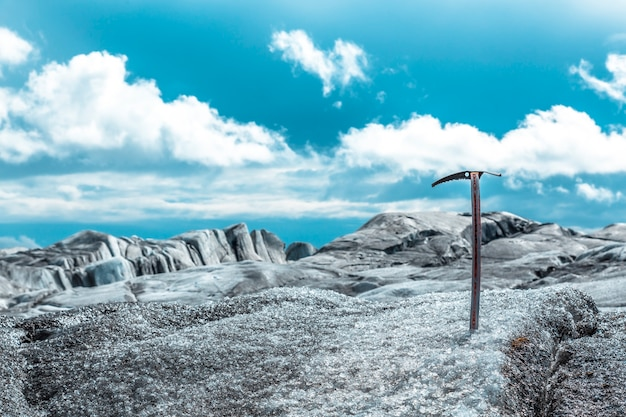 Um martelo no gelo da geleira svinafellsjokull trekking. islândia