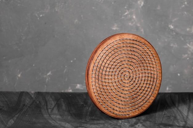 Um massageador de madeira para pés naturais