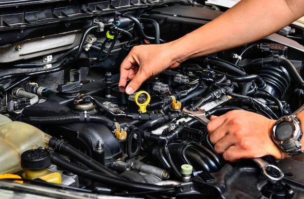 Um mecânico profissional que verifica o motor do carro.