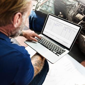 Um, mecânico, trabalhando, com, seu, laptop