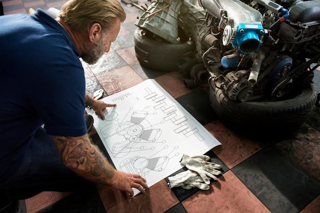 Um, mecânico, trabalhando, um, blueprint