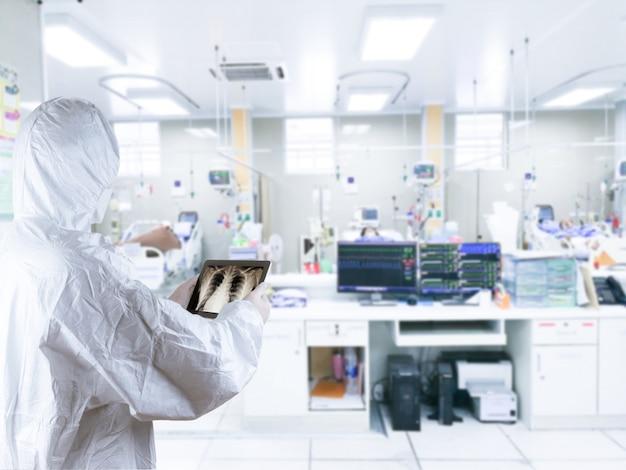 Um médico colocou equipamentos de proteção individual proteção contra vírus tratamento do paciente pneumonia inflamed