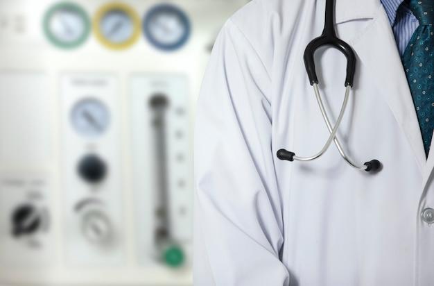 Um médico e a máquina anestésica
