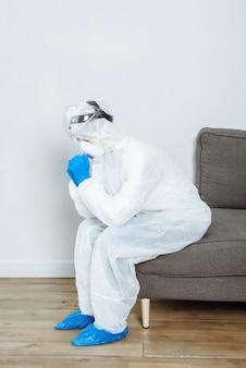 Um médico em um traje de proteção de material anti-risco de epi