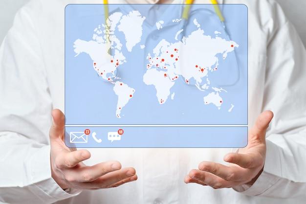 Um médico examina a exibição de mensagens e e-mails não aceitos