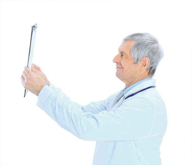 Um médico experiente isolado em um fundo branco.